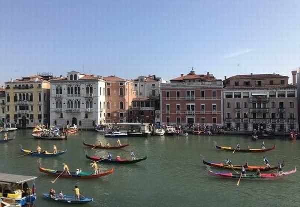 La Regata Storica in Canal Grade a Venezia imbarcazioni di voga veneta di mille colori nella prima domenica di settembre