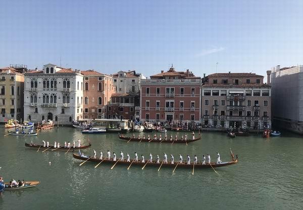 Una delle imbarcazioni che si sfidano durante le gare in occasione della Regata Storica di Venezia a settembre